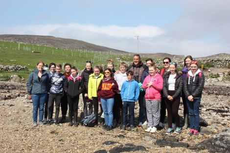 Iolo with schoolchildren at the Burwick clean-up.